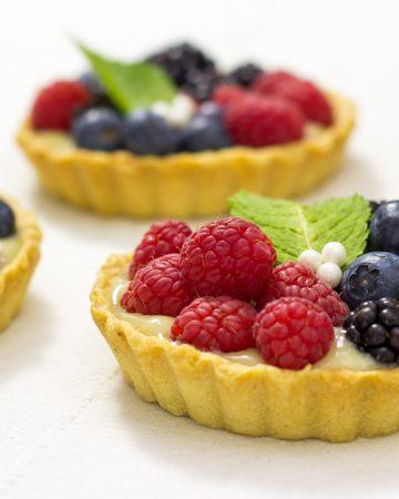 Tartaletas de crema y frutas del bosque