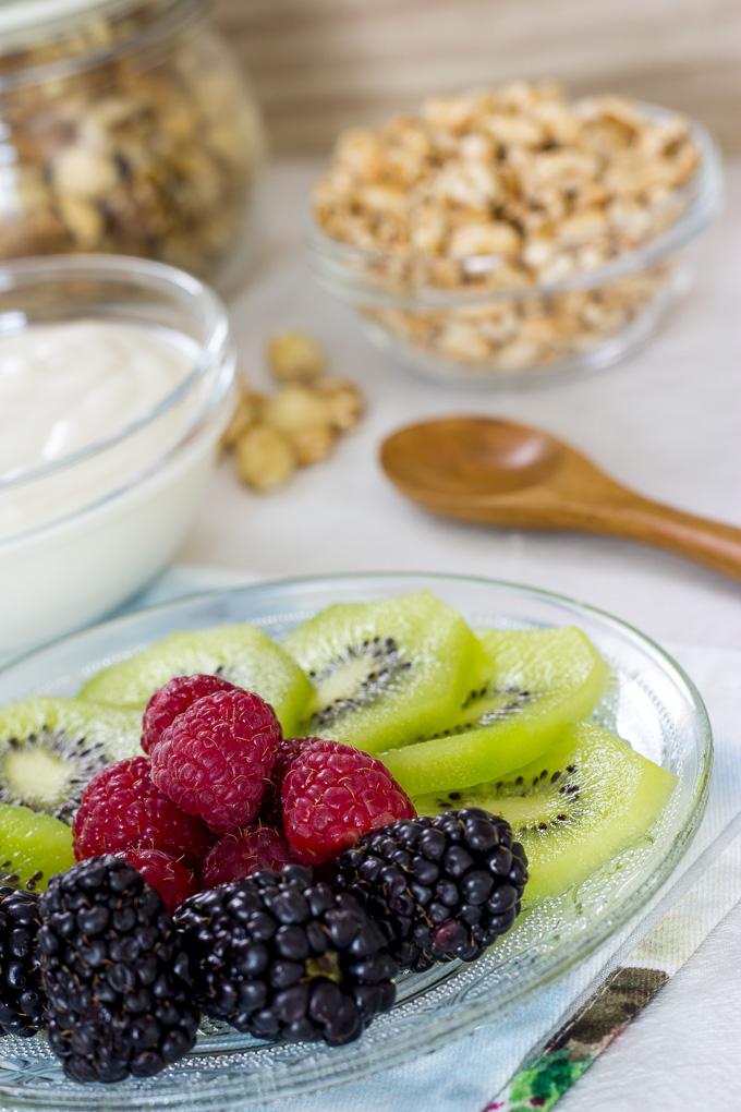 Desayuno vegano equilibrado con yogur, kamut y fruta