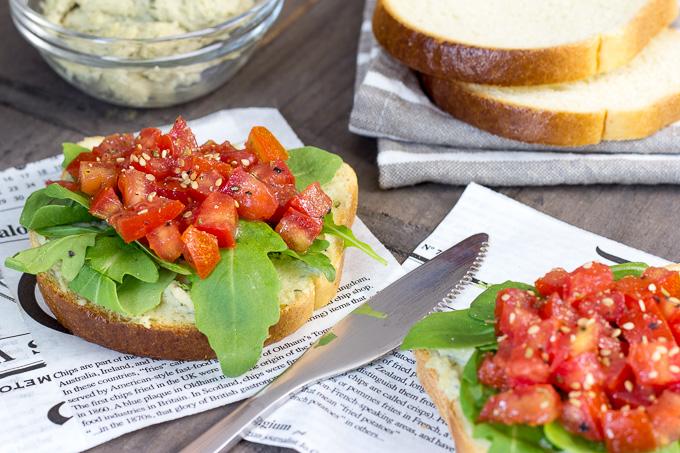 Tostadas con crema de anacardos y tomate marinado