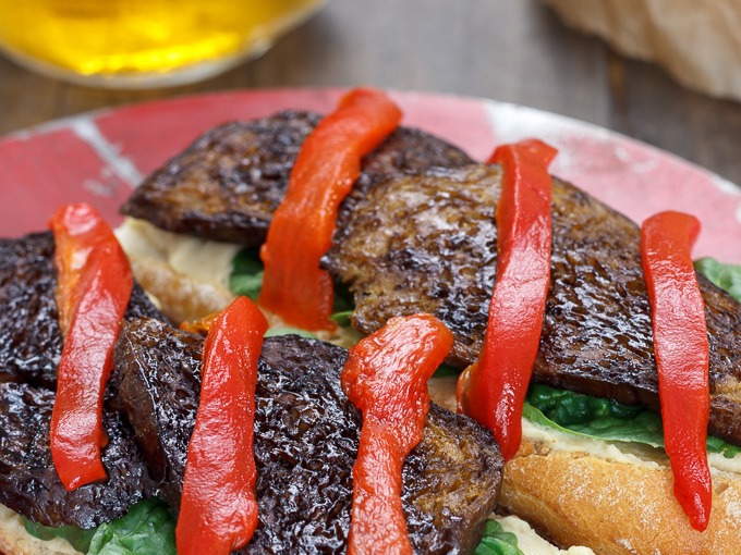 Bocadillo de seitan con hummus y espinacas