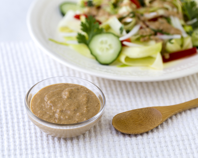 Ensalada de calabacín con salsa de cacahuete