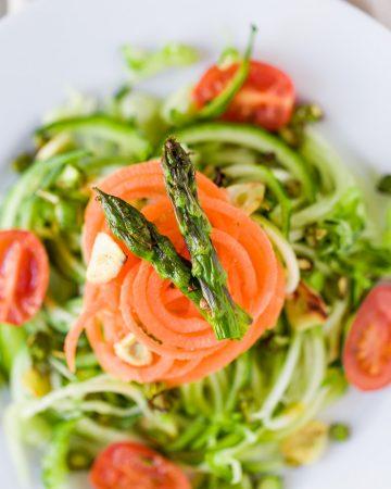 Ensalada tibia de fideos de calabacín y zanahoria